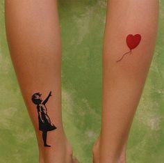 "Este tatuaje <a href=""http://go.redirectingat.com?id=74679X1524629&sref=https%3A%2F%2Fwww.buzzfeed.com%2Fdanielacadena%2Fbellos-tatuajes-inspirados-en-artistas-famosos&url=http%3A%2F%2Fpeople.southwestern.edu%2F~bednarb%2Fsu_netWorks%2Fprojects%2Fjle%2Fballoon.jpg&xcust=3900229%7CAMP&xs=1"" target=""_blank"">celebrando el trabajo</a> misterioso de Banksy:"
