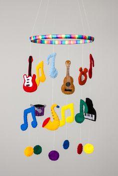 Mobile em feltro com tema musical  Composto por seis instrumentos musicais e notas musicais diversas.  Consulte para outros temas.