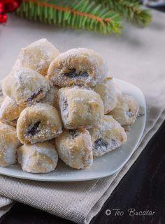 Cornulete cu untura, un produs de patiserie simplu si delicios care a intrat in traditia meselor de sarbatoare la romani...