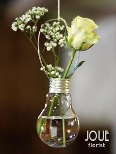 Rustikální pivoňková svatba na statku, závěsná váza ve tvaru žárovky