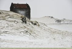 Verlassenes Bauernhof in verschneiter Landschaft bei Höfn, Ostisland, Island, Europa