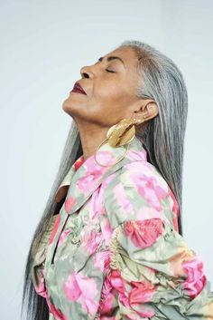 Long Gray Hair, Silver Grey Hair, Beautiful Old Woman, Black Is Beautiful, Older Beauty, Make Up Inspiration, Celebrity Hair Stylist, Ageless Beauty, Poses