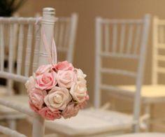 A bola de flores pode serivr para enfeitar as cadeiras da cerimônia. Por a href= http://www.casamentoclick.com.br/casamentos-br/decoracao-casamentos/liliane-brunello-decoracoes.html title=Liliane Brunello Liliane Brunello/a