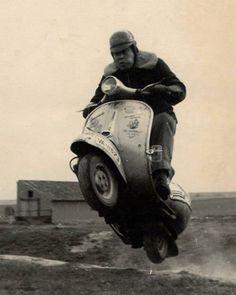Vintage Motorcycles i believe, I can fly … en Vespa :-) - Piaggio Vespa, Scooters Vespa, Motos Vespa, Moto Scooter, Lambretta Scooter, Scooter Garage, Vintage Vespa, Vespa Retro, Classic Vespa