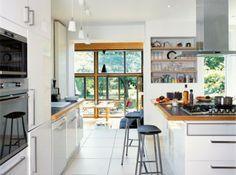 Ikea cuisine blanche, plan travail granit noir et bordure bois. Joli détail