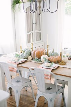This simple Fall Cottage Dining Room uses neutral tones and natural elements to bring a the fall season into your space with sophistication and ease.
