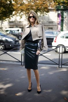 Chic : trench caplet, black blouse, and leather skirt