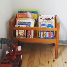 Vi har brugt en dukkeseng som bog opbevaring i børnenes