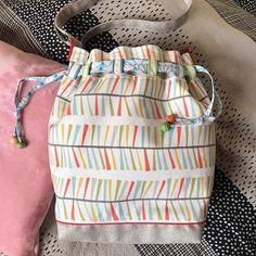 by Ma@g🧵 sur Instagram: Ras le bol du gris... vivement l'été ☀️ Alors voici un sac d'été ! En travaillant le tissu principal, j'avais des images de plage, de sable…