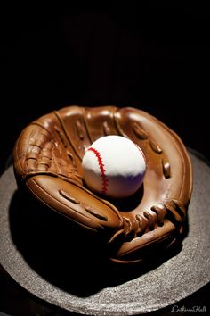 Baseball Glove Grooms Cake for your 'ball-er'. Baseball Glove Cake, Baseball Grooms Cake, Baseball Cakes, Cakes For Men, Just Cakes, Cakes And More, Unique Cakes, Creative Cakes, Sport Cakes