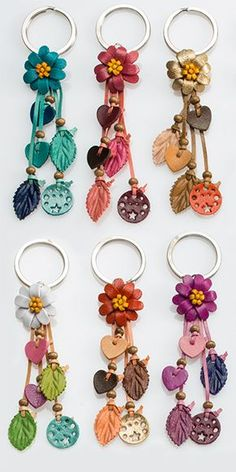 keyring with leather flowers MásNote: Another craft technique uses heat on craft foam to create an amazingly realistic Faux Leather that can mimic the real thing. The keyrings shown here are made with leather flowers.These craft ideas and DIY projec Leather Keychain, Leather Earrings, Leather Jewelry, Leather Art, Leather Gifts, Jewelry Crafts, Handmade Jewelry, Leather Flowers, Diy Schmuck
