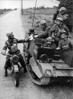 World War Two Despatch Rider. Side Car, Ww1 Soldiers, Uk History, War Dogs, Military Pictures, War Photography, Ww2 Tanks, Military Equipment, Panzer