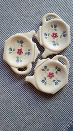 Teapot Shaped Tea bag dish Pfaltzgraff Butter Pats set of 3 Ring Dish Vintage Dish White Blue Red Flowers Art Deco Gift for Her Fun to Have Chocolate Dishes, Pottery Painting Designs, Decorative Soaps, Coil Pots, Glaze Paint, Cute Clay, Ring Dish, Vintage Dishes, Ceramic Painting