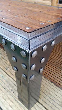 Artisanale industrielle Table basse / Table de salle à manger. -VOUS CHOISISSEZ. TOUTE taille des desirers du client. Surround de double encadrée en acier laqué avec une cire polie finition sur un magnifique plateau en chêne fixé avec des rivets tête en acier en forme de dôme. L'attention au détail peut être voir en particulier sur les coins encadrées où le métal a été travaillé avec soin afin de garder sa forme formé, aspect naturel et poli pour une finition de toucher du doigt lisse. ...