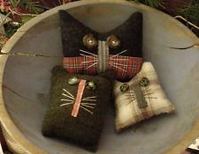 Primitive Kitty Cat Autumn Bowl Fillers - I would love to make these from scraps of plaid wool felt Felted Wool Crafts, Felt Crafts, Crafts To Make, Fabric Crafts, Sewing Crafts, Sewing Projects, Primitive Autumn, Primitive Crafts, Country Primitive