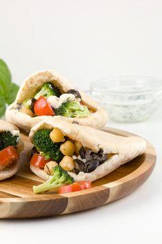 Mini pitabroodjes met kikkererwten en broccoli