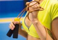 Pular corda emagrece, e muito! o treino acelera a queima de calorias, seca as gordurinhas, modela as curvas e ainda deixa braços, barriga, pernas e bumbum bem durinhos. Prepare-se e elimine 4 kgs em 15 dias