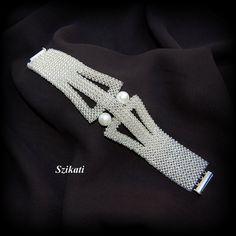 LIVRAISON GRATUITE!!! Ce bracelet élégant one-of-a-kind facilement a une absolue forme unique, accrocheuse et design avec une merveilleuse combinaison de perles de rocaille translucides bordées dargent nacre et mousseux. Longueur : 7,8 pouces (19,5 cm) Largeur: 1 pouce (2,5 cm) - 1,6 pouces (4 cm) au milieu Fermeture : magnétique glisser serrure le fermoir Matériaux : -10 mm Perle -argent bordée de billes de semences tchèque translucide Technique : querre 3D Weave (3D brut) Le bracelet e...