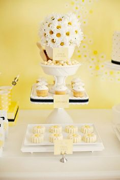 Dessert Tables 101 by Sharnel Dollar. Daisy Party, Daisy Wedding, Bee Party, Yellow Party Themes, Mom Birthday, Birthday Parties, Blog Bebe, Parisian Party, First Communion Party