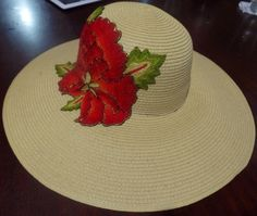 Sombrero con aplicación bordada a mano Painted Hats, Hand Painted, Decoupage, Craft Projects, Projects To Try, Hat Decoration, Summer Hats, Hat Pins, Fabric Painting