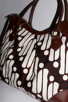 Tas Batik dan kulit sapi Menerima pembuatan tas dan menyediakan berbagai  macam kain Nusantara . Contact +62813 100 37425  batikria gmail.com ebbe058d2b