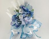 White and blue silk flower corsage. Corsage has two white silk roses with a modern mix of multi shades of blue hydrangea flowers, scattered white baby breath an Hydrangea Corsage, Blue Corsage, Corsage And Boutonniere, Flower Corsage, Wrist Corsage, Blue Hydrangea, Flower Bouquets, Bride Bouquets, Modern Wedding Flowers