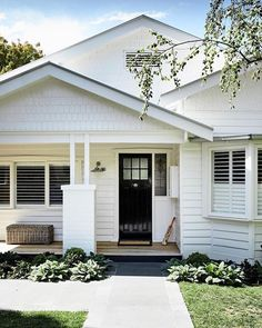 Modish south australian bungalow house style that will blow your mind Bungalow Exterior, House Paint Exterior, Exterior House Colors, Exterior Design, Exterior Color Schemes, Craftsman Bungalows, Style At Home, Weatherboard Exterior, Stucco Exterior