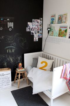 Kids room - Chalkboard paint, vintage stool and soft jersey bedding - Cecilies Lykke
