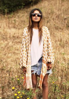 43 Ideas How To Wear Sandals With Jeans Sincerely Jules Kimono Fashion, Love Fashion, Trendy Fashion, Fashion Outfits, Fashion Tips, Style Kimono, Mode Kimono, Bohemian Kimono, Levis Short