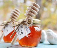 10 Wedding Favors Your Guests Will Love: What a sweet way to thank your guest! We know your guests will bee thrilled with these honey favors. Wedding Favors And Gifts, Honey Wedding Favors, Homemade Wedding Favors, Creative Wedding Favors, Elegant Wedding Favors, Party Favours, Wedding Rustic, Party Gifts, Wedding Reception Ideas