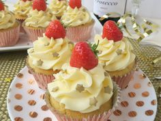 Delicious recipe for Prosecco & Strawberry Cupcakes. Prosecco sponge, a strawberry jam filling hidden inside, prosecco buttercream and a strawberry on top! Cake Mix Recipes, Cupcake Recipes, Dessert Recipes, Lemon Cupcakes, Strawberry Cupcakes, Red Velvet Cupcakes, Cupcake Prosecco, Lemon Curd Filling, Cupcake Cookies