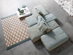 Formato da moduli assemblabili liberamente con imbottitura in piuma, il divano è disponibile con rivestimenti sfoderabili in tessuto, o in pelle; Prezzo su preventivo. Peanut B di Bonaldo. www.bonaldo.it