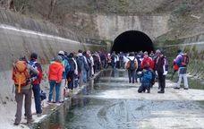 Si no teniu claustrofòbia ni sou porucs, aquesta activitat és per a vosaltres. Des de fa unes temporades, s'organitzen cada hivern excursions a peu per aquest túnel que és conegut com la Mina de Montclar. Es tracta d'una excursió inèdita, ja que habitualment aquest canal és ple d'aigua. Només s'hi pot passar, amb permís, durant els mesos de gener i febrer.