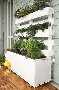 Pallet Planter or Pallet Garden - 15 Pallet Ideas to Bring Pallets in Your Home Wood Pallet Planters, Diy Planters, Garden Planters, Wood Pallets, Planter Boxes, Pallet Wood, Herbs Garden, Planter Ideas, Balcony Planter Box