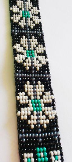 Bracelete lindíssimo artesanal, feito com miçangas Jablonex, no tear, nas cores: preto, branco, cinza e verde. Faço de acordo com a medida do pulso da cliente.