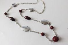 Élégant sautoir bordeaux aux perles artisanales sur chaîne en métal argenté : Collier par vilicreation