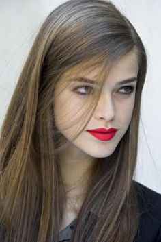 Wish I could pull of red lipstick like that :/