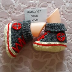 Making Easy Convers Booties With 2 Skewers. 2 years By Baby Knitting Patterns, Boys Quilt Patterns, Knitting Designs, Crochet Patterns, Crochet Baby Shoes, Crochet Slippers, Knit Crochet, Crochet Hats, Boy Quilts