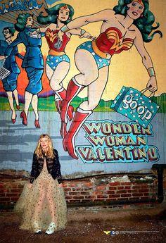 """Meu pobre coraçãozinho fashion e nerd não aguenta tanta coisa ao mesmo tempo! Depois de Super Mario para Moschino, tem coleção capsula """"Wonder Woman Valentino"""" sendo anunciada. São 25 peças de roupa e acessórios criados exclusivamente para venda daGoop, um híbrido de loja virtual e blogcom curadoria da atriz Gwyneth Paltrow. A atriz adorava o seriado quando era criança e propôs a ideia da colaboração para Maria Grazia Chiuri e..."""
