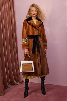 Guarda la sfilata di moda Fendi a Milano e scopri la collezione di abiti e accessori per la stagione Pre-collezioni Primavera Estate 2018.