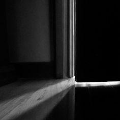 14-05-2011 01h55#analepses  No momento em que entraram em casa já estavam se agarrando. A porta ficaria entreaberta até o dia seguinte mas isso não parecia ser um problema. Jonas ao mesmo tempo beijava e mordia a boca e o pescoço de Karen que arranhava as costas do parceiro enquanto arrancavam mutuamente as roupas um do outro. Os dois haviam chegado da rua bêbados e o álcool tinha aquele poder avassalador que os tornava únicos. Fariam sexo como se aquela fosse a sua última noite juntos e…