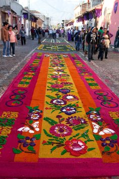Photos of the intricate alfombras de Semana Santa - temporary carpets made from dyed sawdust, flowers and fruits - that lined the streets of Antigua, Guatemala during Semana Santa - Holy Week - the week before Easter. Guatemalan Art, Guatemalan Textiles, Holidays Around The World, Travel Around The World, Corpus Christi, Guatemala City, Carpets Online, Flower Rangoli, Tikal