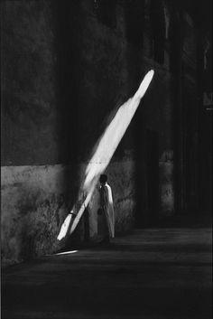 Dit is een mooi voorbeeld van werken met contrast invisibleotherness: Elliott Erwitt