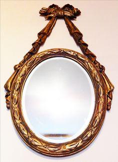 Espejo Oval biselado muy Antiguo Marco de madera dorado a la hoja Ideal para dar un detalle de distincion a un ambiente! En excelente estado! Marco: 85 x 46 / Espejo: 42 x 31 Precio: 2200$