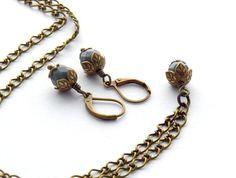 Schmuckset - WinterGrey - kurze Kette und passende Ohrringe mit grauen Glasperlen und filigranene Perlenkappen. Ein Unikat der Perlenfontäne bei DaWanda