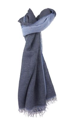 Sciarpa Serie Lusso SCIARPA KOI WV Blu Marino Sciarpa made in italy, in pura lana 55% e viscosa 45%. Larghezza 41 cm. lunghezza 172 cm.
