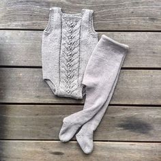 Lacy onesie and footed leggings to match ~~ Central Lace Panel: [https://www.pinterest.com/pin/460563499369243264/] ~~ #blåbærdragt i Knitting for Olives recycled cotton og #olivesstrømpebukser i Knitting for Olives merino #knittingforolive