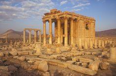 The Ancient Palmyra ruins, Syria, centuries AD. Ancient Ruins, Ancient History, Petra Tours, Brunei, Jordan Tours, Palmyra Syria, Sri Lanka, Naher Osten, Top 10 Destinations
