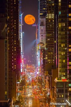 Our NYC Members! moon seen through the streets of Manhattan. I Love Nyc, Beautiful Moon, City That Never Sleeps, Concrete Jungle, Places Around The World, New York City, Cool Pictures, Scenery, Places To Visit