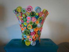 Vaso con riccioli di carta multicolor
